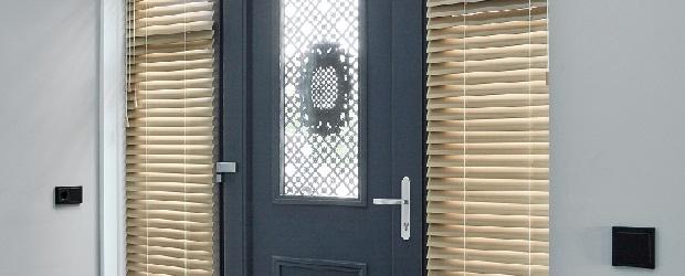 Raamdecoratie voordeur op maat